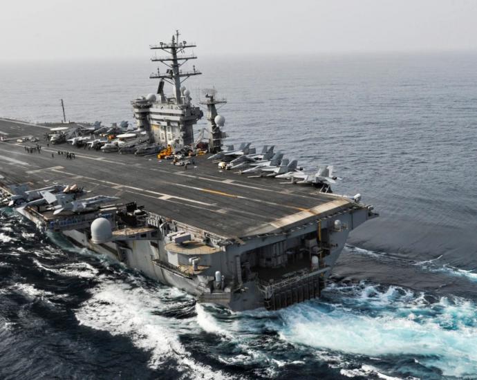 USS Nimitz utanför Oman på väg in i Persiska viken