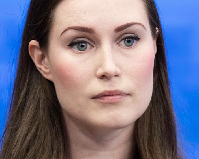 Statsminister Sanna Marin (SDP) skriver att Ryssland bör agera som det anstår en demokrati.