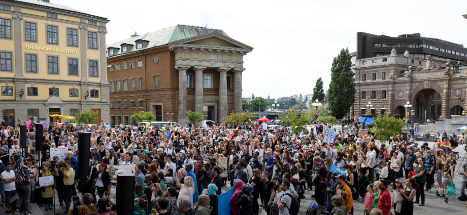 Protesters in front of Sweden's parliament in Stockholm, Sweden, 21 June 2016. Swedish lawmakers overwhelmingly approved legislation on 21 June 2016 to tighten regulations for asylum and family reunification in the Scandinavian country.