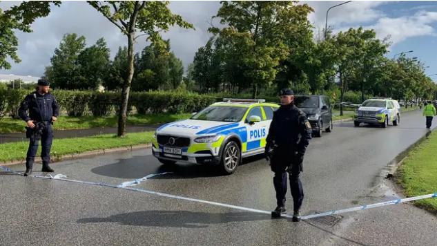 Polisen har spärrat av runt Källebergsskolan i Eslöv sedan en person attackerats inne på skolan